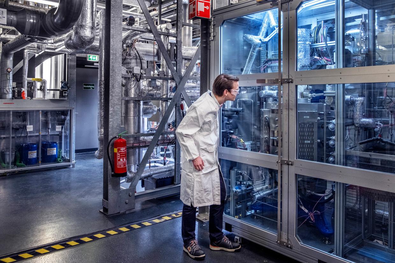 Tim Baart in de Shell-fabriek in Amsterdam, waar 'zijn' groene, synthetische kerosine wordt geproduceerd. Beeld Raymond Rutting / de Volkskrant