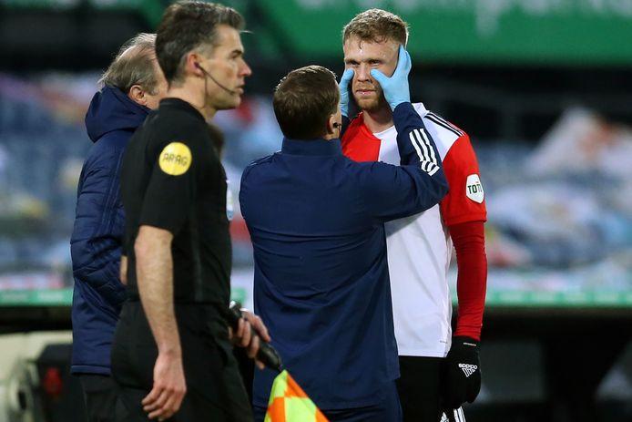 Nicolai Jørgensen wordt tijdens het duel met AZ onderzocht aan zijn oog.