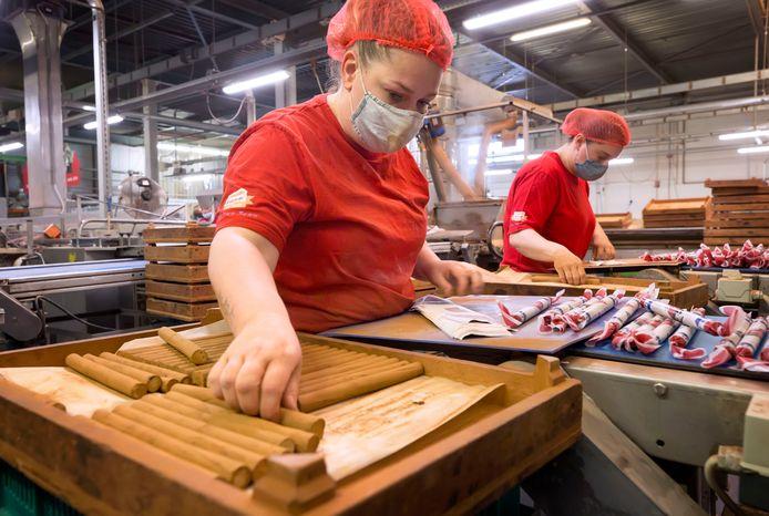Werknemer van Holland Foodz bezig met het maken van de kaneelstokken.