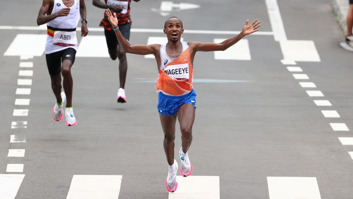 Abdi Nageeye komt juichend over de streep.