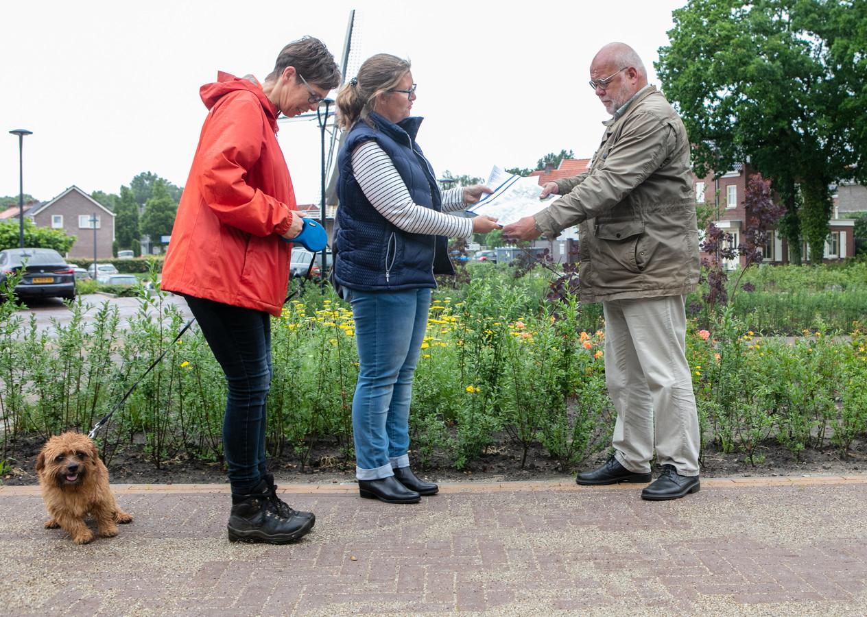 Coby van de Riet (l) en Natalie Tjeerdsma willen een omheind hondenlosloopgebied in Dalfsen. Ze hebben een petitie overhandigd aan wethouder  Ruud van Leeuwen.