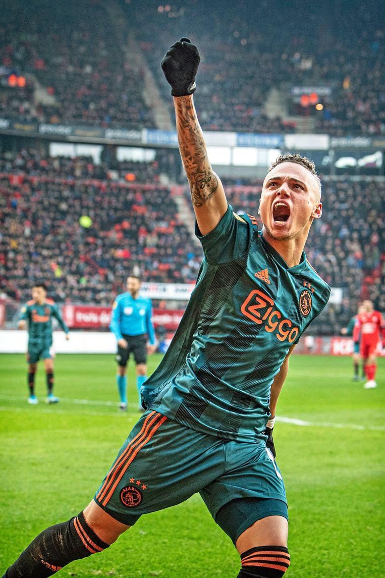 Noa Lang heeft de 2-4 gescoord en balt de vuist richting Ajaxsupporters hoog in de Grolschveste. Het is zijn derde goal tegen Twente.  Beeld Guus Dubbelman / de Volkskrant