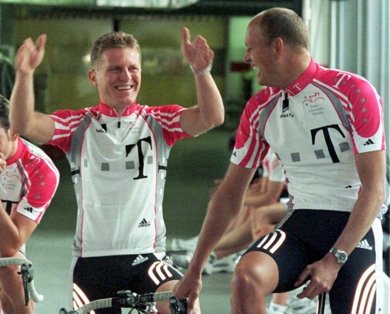 Jens Heppner (links) gebruikte ook in 1998. Hier staat hij op de foto met Bjarne Riis, bij de ploegenpresentatie van 1999. Riis bekende onlangs ook doping gebruikt te hebben. Beeld null