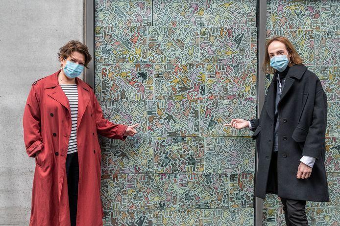 Schepen Michèle Hostekint en Bert Fieux  van de dienst Samenleven  bij de ingekleurde tekeningen.