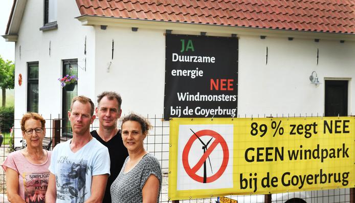 Omwonenden van de Goyerbrug protesteren tegen het plan 4 windmolens te plaatsen langs het Amsterdam-Rijnkanaal, halverwege Houten en Wijk bij Duurstede. Tweede van rechts staat Peter Trienekens, naast hem Ries Vernooij. Uiterst links en rechts Nel en Anouk Middelweerd.