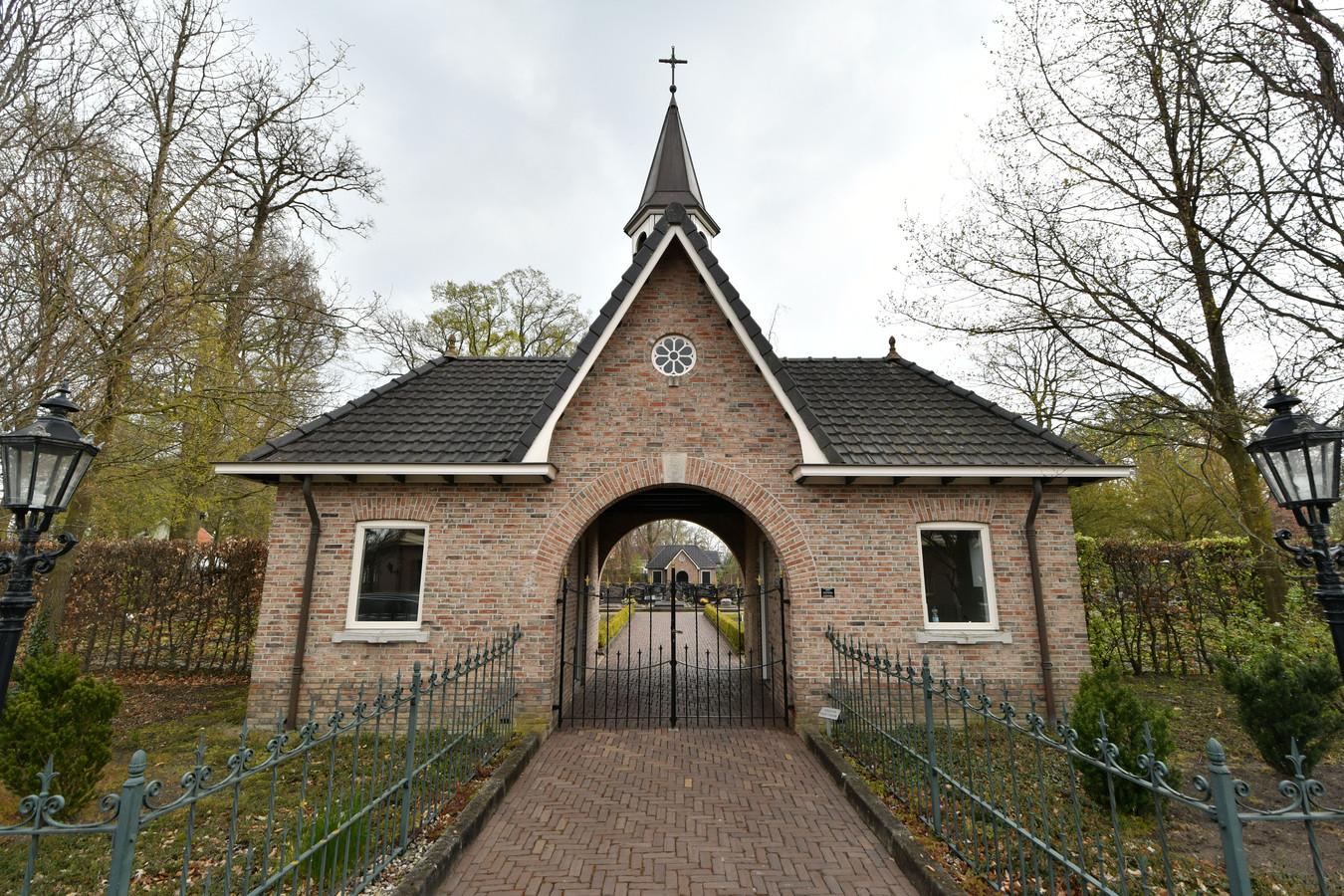 De karakteristieke toegang tot het parochiekerkhof aan de Oude Kerkweg. Wat daar achter ligt is na 25 jaar verouderd.