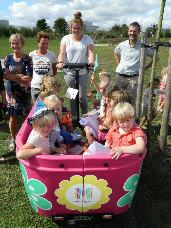 In de bolderkar kunnen tien kindjes plaats nemen.