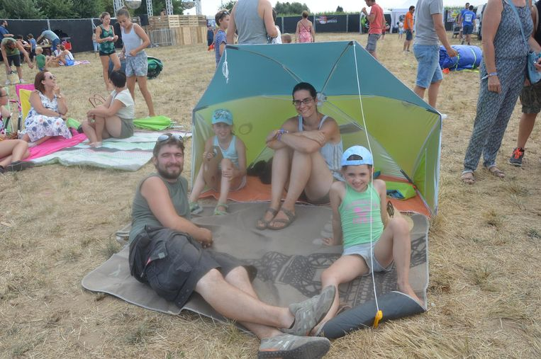 Siegfried Weverbergh en Liselot Sleebus brachten een parasol mee voor hun dochters.