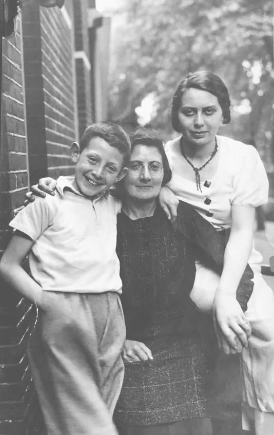 Een familiefoto uit het boek 'Verboden voor Joden' door Frank Eliëns. Op de foto staat de Nijmeegse Harry David van Geuns met zijn moeder Vrouke van Geuns-Glaser en zus Marthalina Selma van Geuns. Harry overleefde Auschwitz. Zijn moeder en zus werden in Auschwitz en Sobibor vermoord.