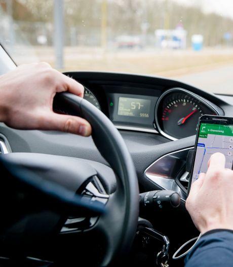 Gedrag automobilisten verschuift: steeds vaker spelen met telefoon