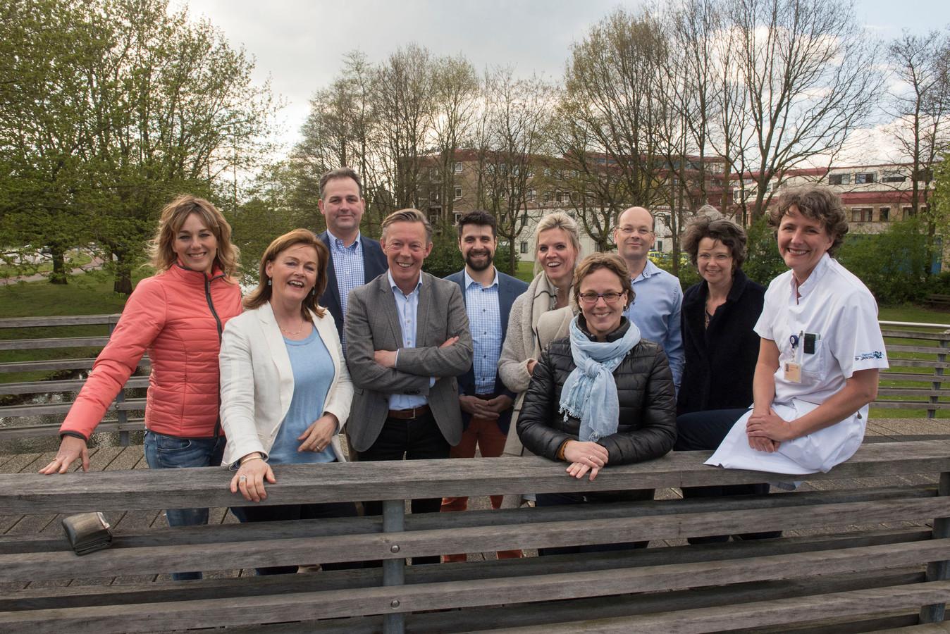 Stichting 'Ik Stop Ermee', Gemeente Harderwijk, Ziekenhuis St Jansdal en zorggroep Medicamus slaan de handen ineen om rokers van hun verslaving af te helpen. Aanwezig was ook Marianne Timmer (links).