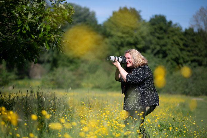 CDA-raadslid Marjolijn Mijling als fotograaf in 'haar' Park Staddijk.