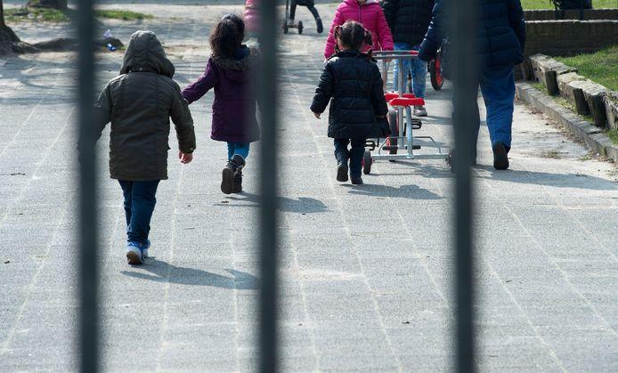 Leerlingen spelen op het speelplein.