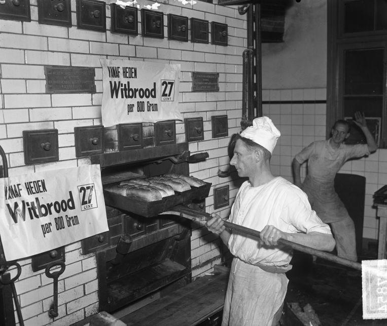 Een bakkerij tijdens de broodoorlog in Haarlem, 11 januari 1950. Beeld Nationaal Archief