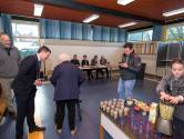 Lara maakt smoothies voor vroege kiezers in Wemeldinge