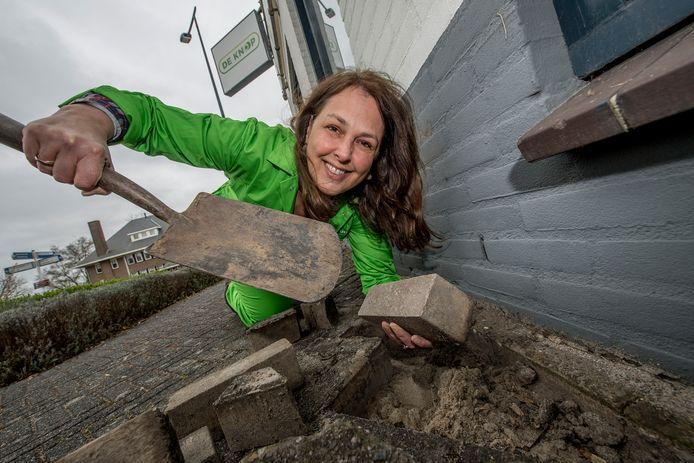 Marisca Stolp is een van de deelnemers aan de campagne en heeft net de eerste klinkers gelicht om zo'n geveltuintje aan te leggen.