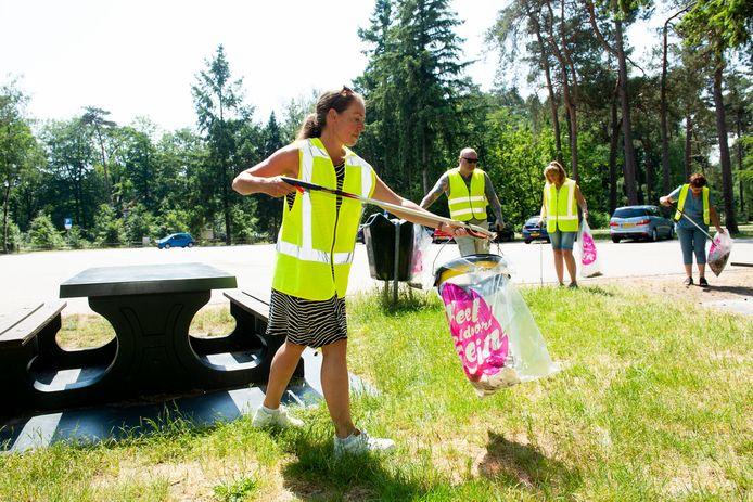 Marloes van Brink (voorgrond) ruimt rommel op bij de parkeerplaats van de Loenense Waterval. Henk Vriezekolk, Ria ten Have en Gerda Kloppers helpen een handje mee.