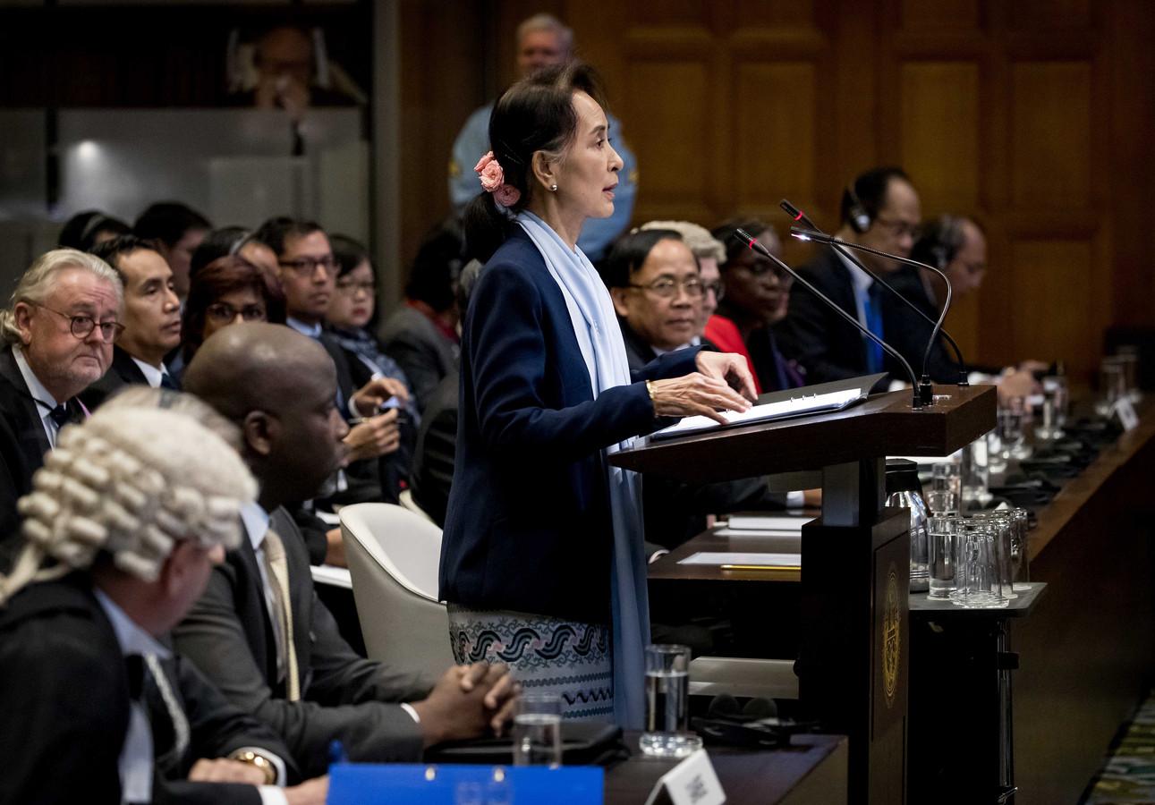De Myanmarese regeringsleider Aung San Suu Kyi tijdens haar verdediging met links minister van Justitie Abubacarr Tambadou van Gambia, dat de zaak aanspande bij het Internationaal gerechtshof in Den Haag.