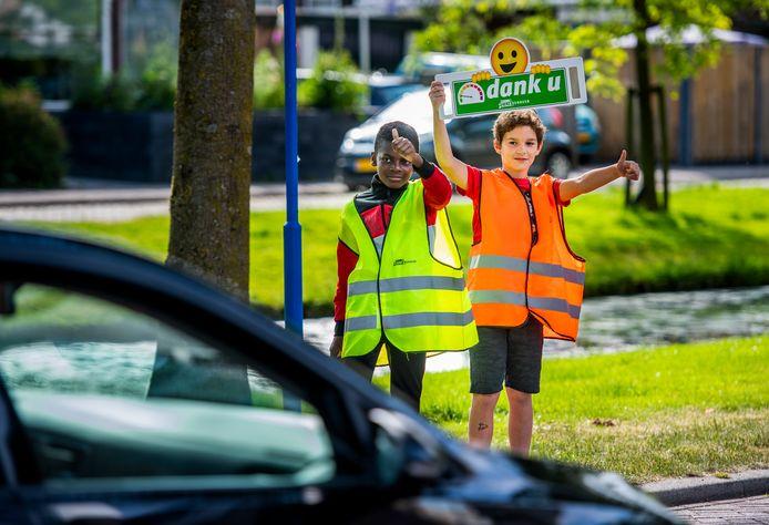 Een speciale actie van Veilig Verkeer Nederland in Nieuwerkerk aan den IJssel. Scholieren mogen checken of weggebruikers zich houden aan de maximum snelheid in 30 kilometerzones. Foto: Frank de Roo