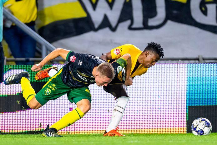 Tavares in een verhit duel om de bal met ADO Den Haag-aanvoerder Boy Kemper.