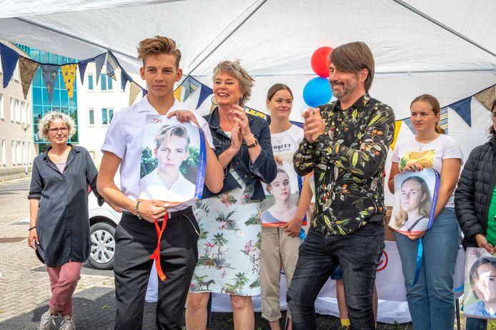 The Voice Kids-winnaar Dax Hovius uit Kapelle deed vorig jaar mee aan een campagne om de bekendheid van TEJO te vergroten. In het midden staat Marja de Pundert.