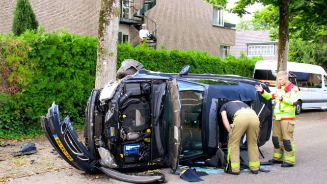 Auto knalt tegen boom in Apeldoorn, brandweer knipt linnen dak open om passagier te bevrijden
