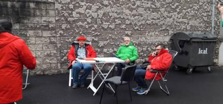 """Ils installent des chaises à Namur et attendent le ministre: """"Des cars la prochaine fois"""""""