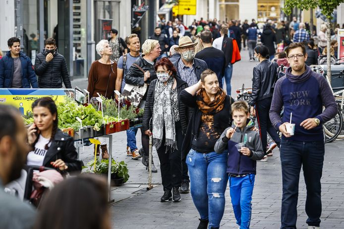Winkelend publiek in het centrum van Enschede.