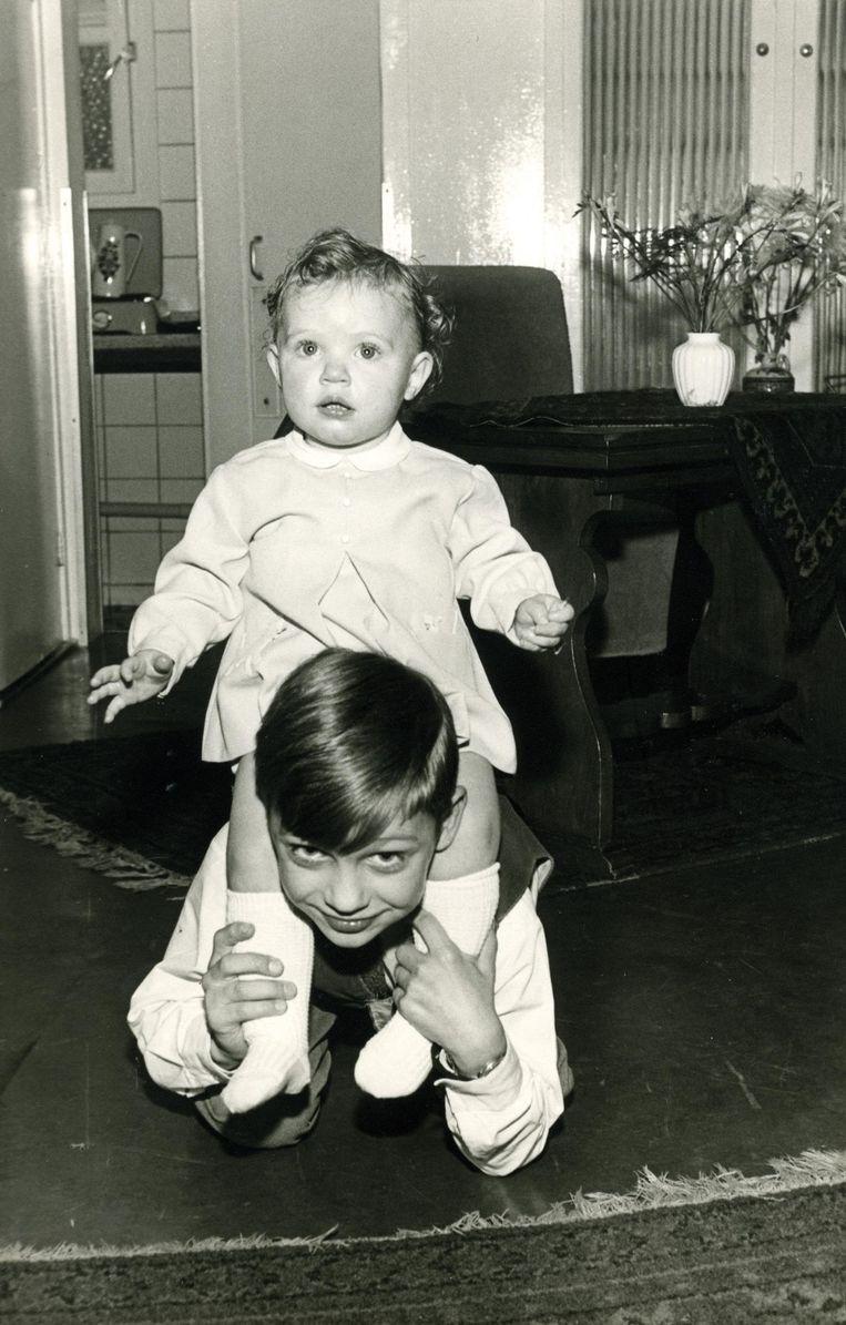 Astrid Holleeder op de rug van haar broer Willem Beeld Archief van Stien Leipoldt