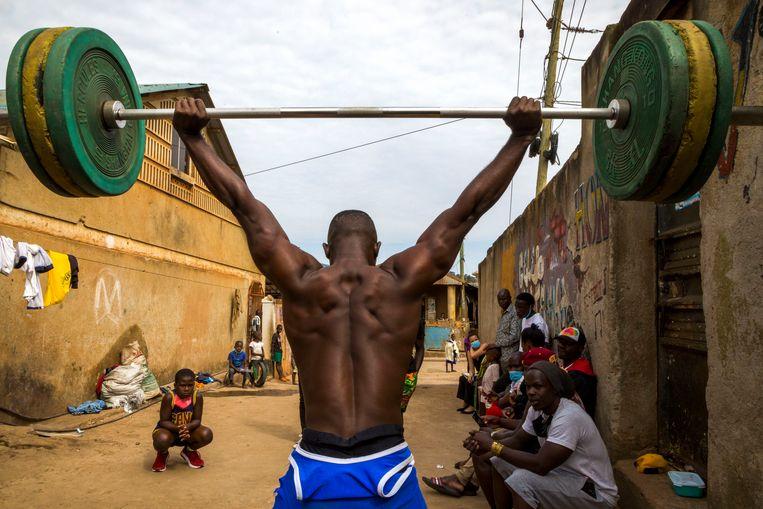 Julius Ssekitoleko toont zijn kunnen bij Unified Gym, een garage vol met halters en krachttrainingstoestellen niet ver van zijn woning in Kampala. Beeld Katumba Badru Sultan