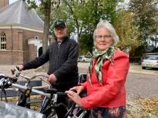 Samen fietsen Pieter en Corrie uit Groot-Ammers tussen de melktijden door