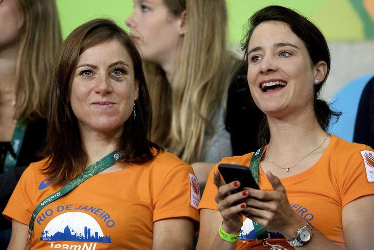 Wielrensters Annemiek van Vleuten (L) en Marianne Vos (R) in 2016. Beeld ANP