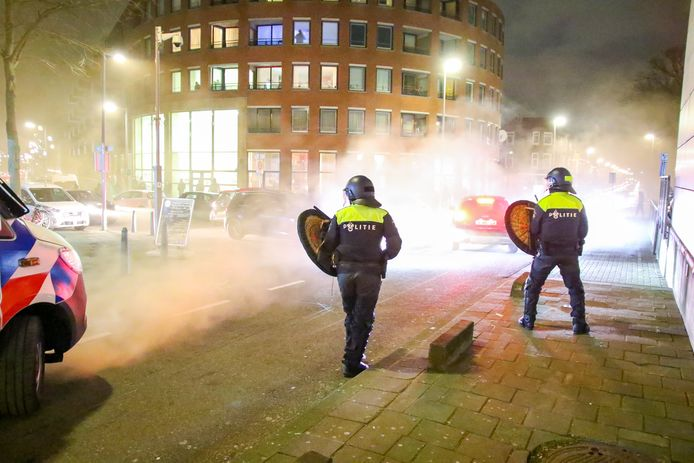 Opnieuw rellen tegen avondklok in Rotterdam maandagavond.