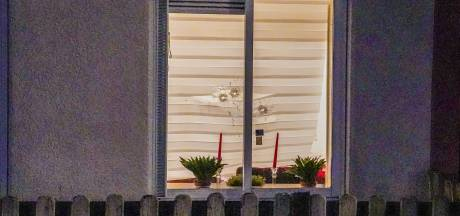 Woning beschoten in Rotterdam-Zuid: kogelgaten in het raam