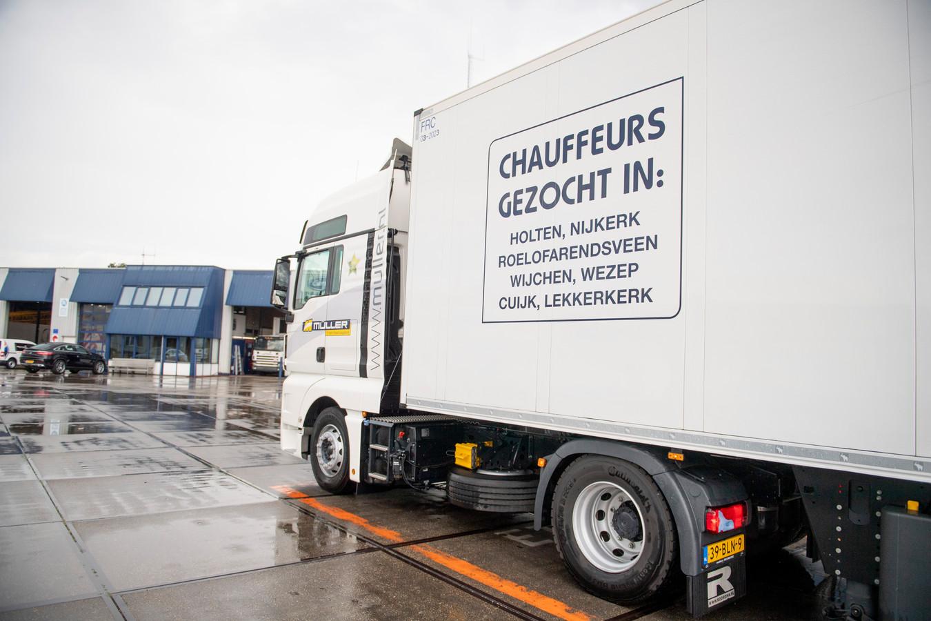 Muller kampt met een chauffeurstekort, net als veel andere bedrijven. Het bedrijf heeft op alle voertuigen groot 'Chauffeurs GEZOCHT' geplaatst.