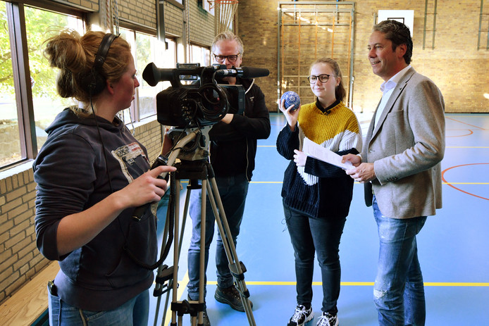 Bart Morselt interviewt Britt Kamphuis, een kandidaat die geselecteerd is voor de uitreiking van de Kiwanis Talent Awards.