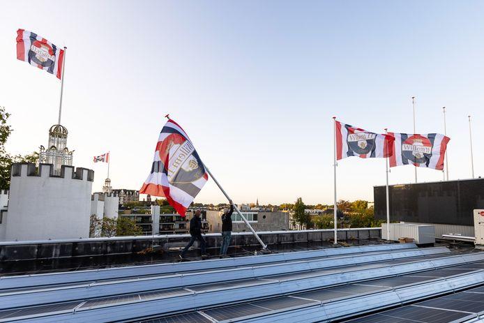 De Willem II-vlaggen werden vanmorgen in alle vroegte geplaatst op het stadskantoor en Paleis-Raadhuis.