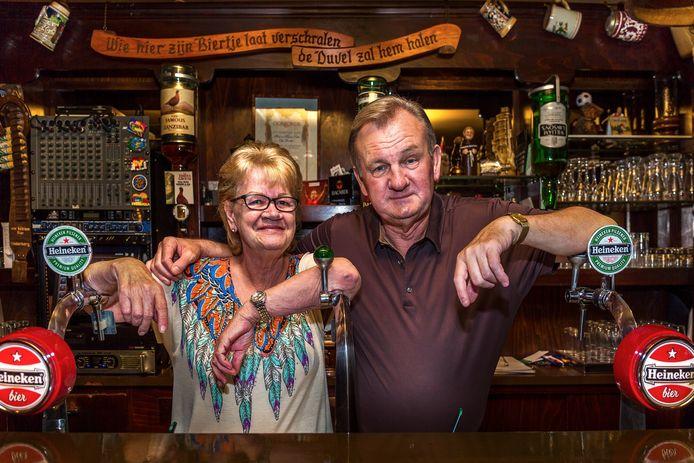 Henk Cirkel samen met zijn vrouw Marianne in Zanzibar, vlak voordat het café in 2017 werd gesloten.