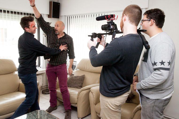 Bruno Vanhaverbeke en Francis Van Dingenen spelen een ruzie na terwijl Anthony Pouille filmt en Rutger Denaet regisseert.
