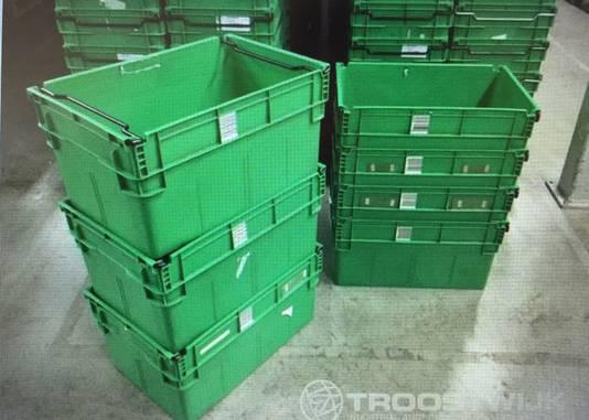 50.000 groene kratten wachten in het distributiecentrum van Vroom en Dreesmann in Nieuwegein op een nieuwe eigenaar. Ze worden in partijen verkocht. Voor deze 1680 kratten is tot nu toe 1350 euro geboden