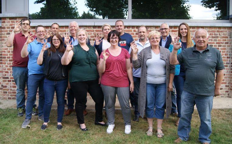 Een voorlopige ploeg beeldt met dit gebaar het logo van Pelt uit. Zevende van links Bianca Maas, derde van rechts Bart Schepens.