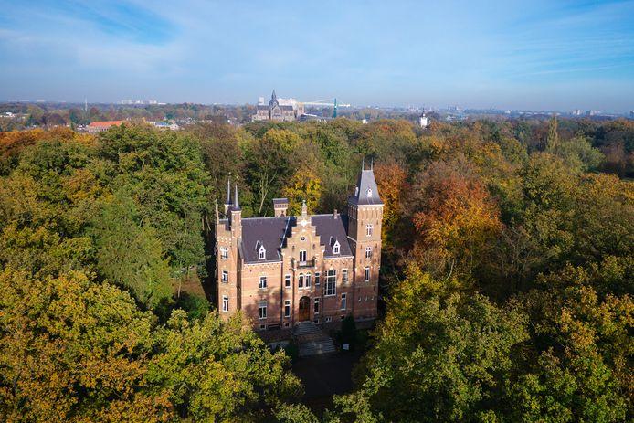 Voor een bedrag van ruim 2,3 miljoen euro kocht Vughtenaar Ben Mandemakers in 2016 kasteeltje Roucouleur aan de Glorieuxlaan in Vught, inclusief de rectorswoning. Hij wil het landgoed herontwikkelen.