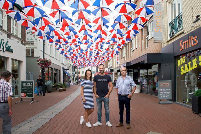 Links Judith en Bas Beenakkers van De Paskaemer, de nieuwste ondernemers in de Kerkstraat. Rechts Joop Zodenkamp, werkzaam bij de winkel die het langst in de straat zit: Smits.