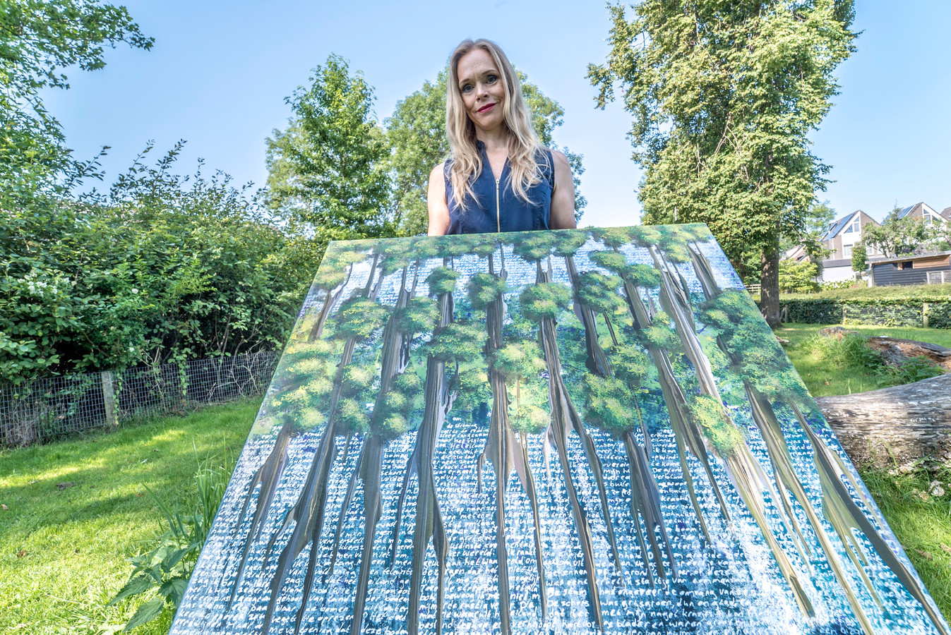 Kunstenares Elise Eekhout bij haar atelier in Waddinxveen.