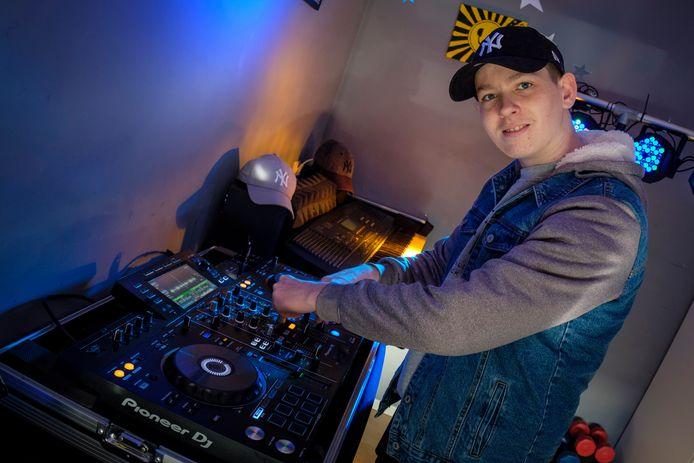 Tim Veldhoen, beter bekend als dj Tim Dreamex, stapt woensdag in het vliegtuig.