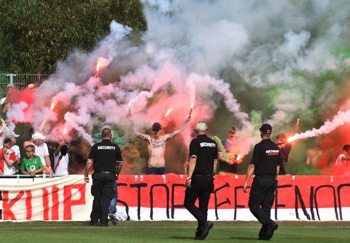 Feyenoordfans vooraf aan de wedstrijd tegen het Zeeuws elftal.