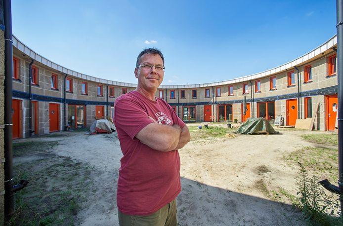 Ad Vlems, door het ministerie uitgeroepen tot Klimaatburgemeester van Boekel, bij een deel van de klimaatpositieve huizen in het ecodorp.