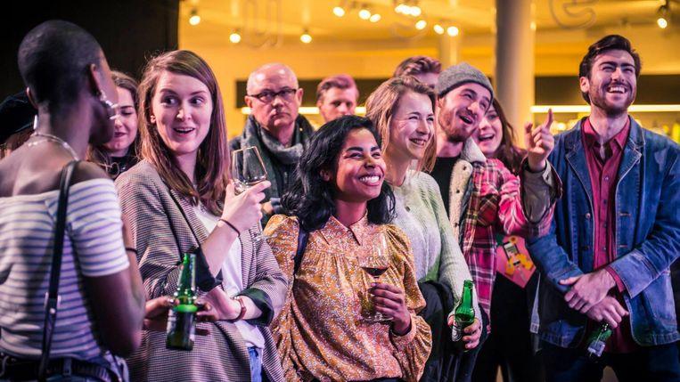 Met een biertje kijken naar kunst en optredens, dat kan tijdens Vincent op Vrijdag. Beeld Van Gogh Museum