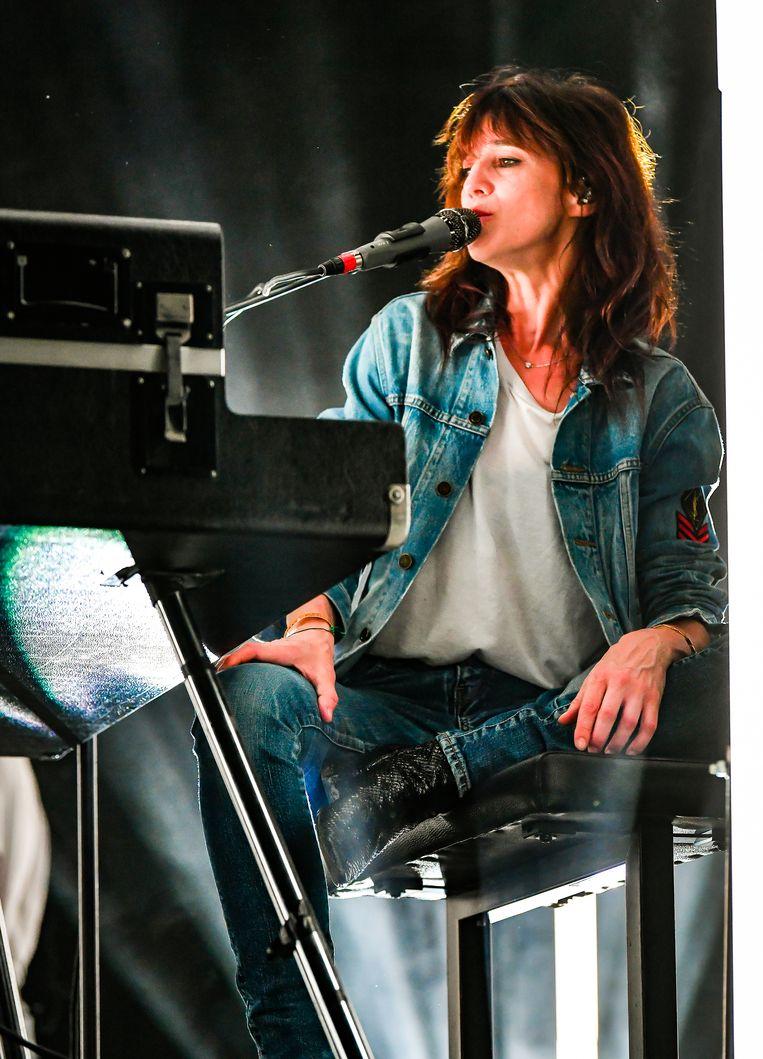 Zittend achter haar piano voelde ze zich schijnbaar meer op haar gemak.