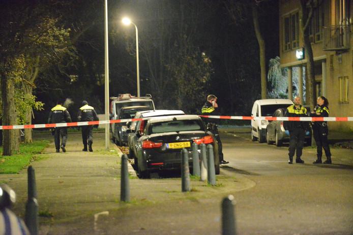 De politie doet onderzoek naar de steekpartij aan de Ulenpasstraat in Den Haag